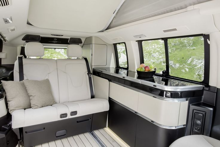 Der neue Marco Polo – 250 BlueTEC, Interieur, Stoff Santiago seidenbeige, Küchenzeile, Zweiersitzbank The New Marco Polo – 250 BlueTEC, Interior, silk beige Santiago fabric, kitchenette, two-seater bench